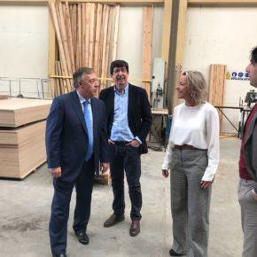 """Juan Marín: """"Iluminaciones Ximénez es una de las empresas que representan los valores que desde Andalucía podemos transmitir: innovación, emprendimiento y apuesta por nuestra tierra"""""""